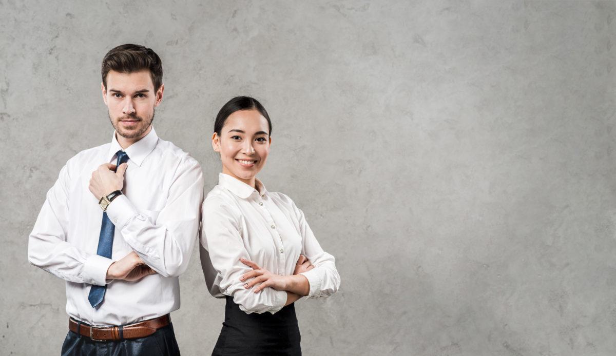 Jeune manager confiant prêt à réussir dans leur nouveau métier